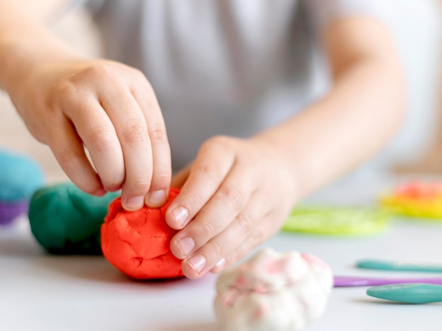Primer plano de las manos con plastilina