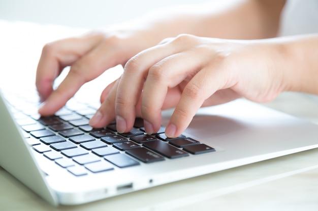 Primer plano de manos presionando el teclado