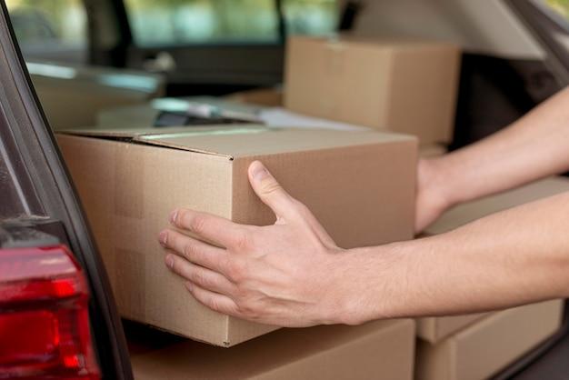 Primer plano manos sosteniendo caja