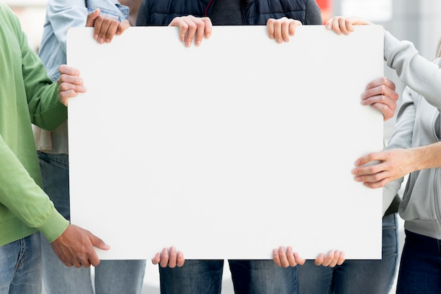 Primer plano manos sosteniendo copia espacio negro vive materia cartón