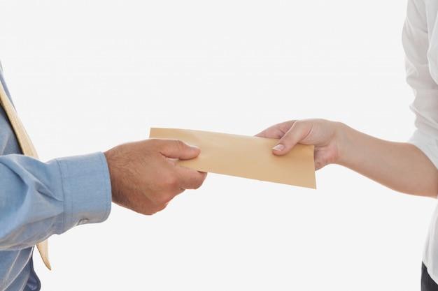 Primer plano de manos sosteniendo soborno
