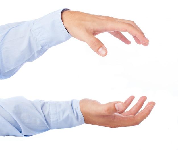Primer plano de manos sujetando algo
