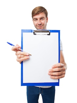 Primer plano de manos sujetando un sujetapapeles con un trozo de papel en blanco