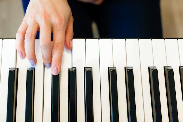Primer plano de las manos tocando el piano. concepto de música y hobby