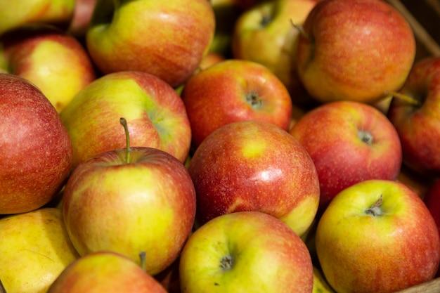 Primer plano de manzanas rojo-verdes en el mostrador del supermercado