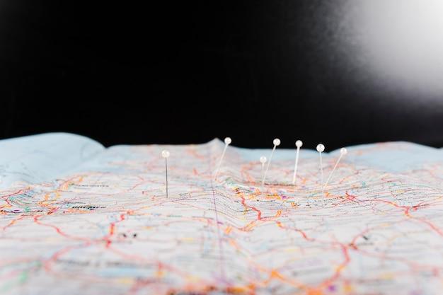 Primer plano del mapa con alfileres que marcan ubicaciones