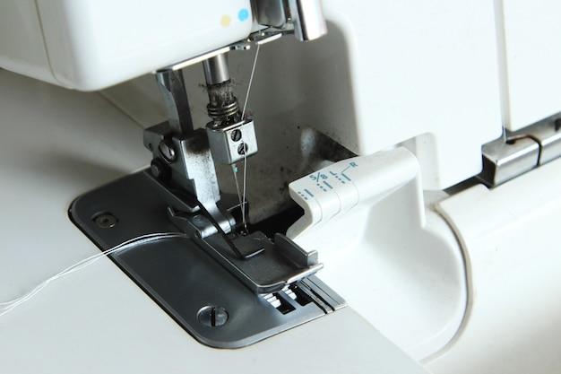 Primer plano de una máquina de coser blanca