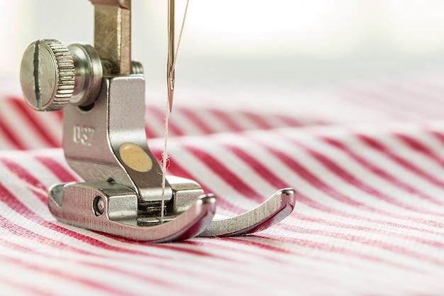 Primer plano de la máquina de coser y tela