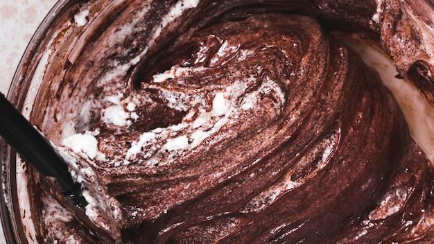 Primer plano de masa de pastel de chocolate mezclado en un tazón