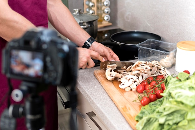 Primer plano masculino grabación sesión de cocina en casa