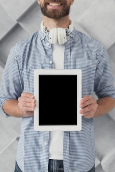 Primer plano masculino con maqueta de tableta