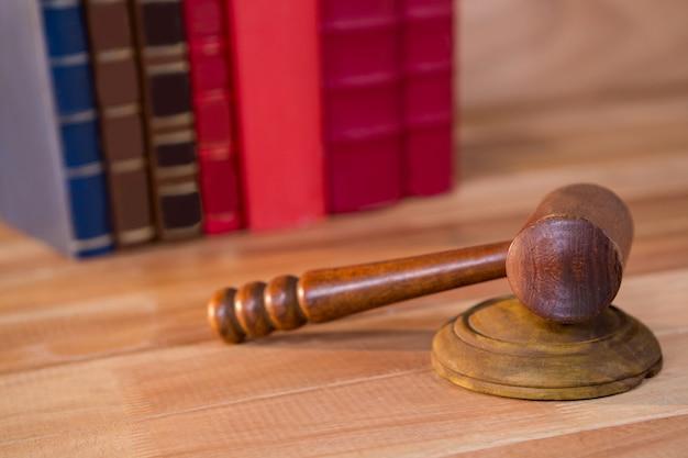 Primer plano de mazo de los jueces
