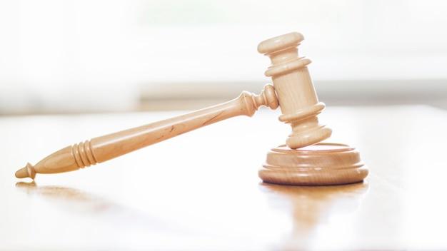 Primer plano de mazo de madera en la sala del tribunal
