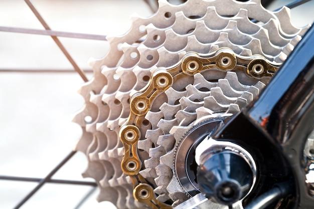 Primer plano de un mecanismo de engranajes de bicicleta y cadena