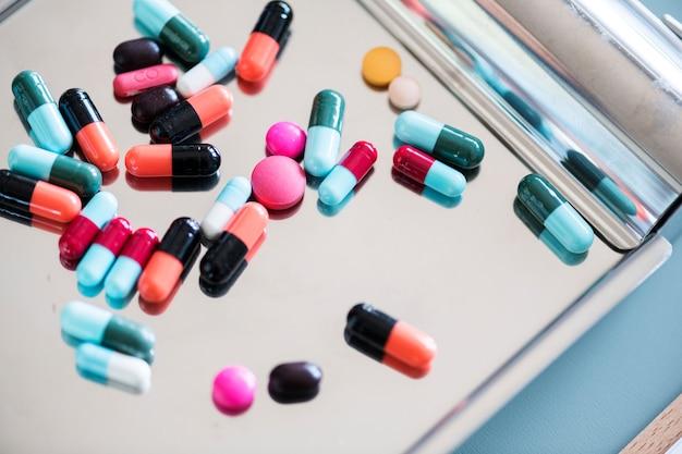 Primer plano de medicamentos en bandeja inoxidable