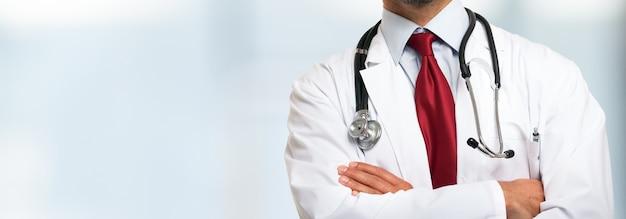Primer plano de un médico delante de un fondo brillante
