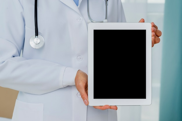 Primer plano del médico con maqueta de tableta
