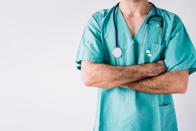 Primer plano de un médico varón con los brazos cruzados