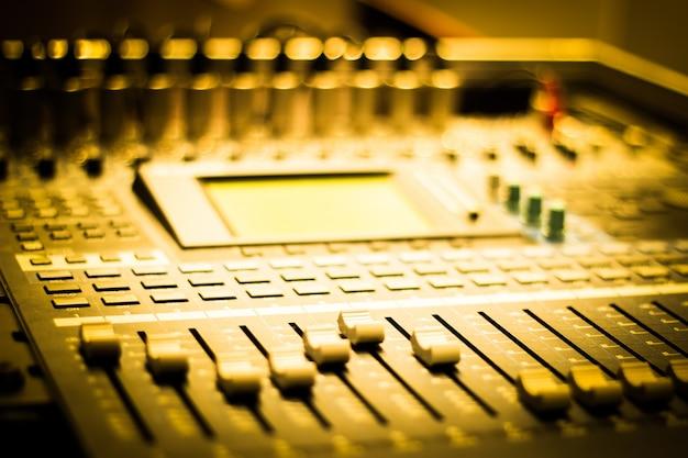 Primer plano de mesa de mezclas con botones