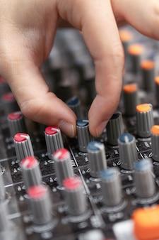 Primer plano de una mesa de mezclas, ecualización manual de canales de audio. estudio de grabación profesional. trabajando en estudio de grabación.