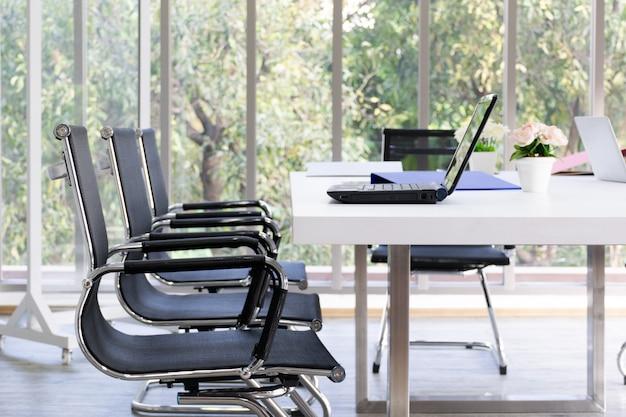 Primer plano de la mesa con el portátil en la sala de reuniones. concepto de negocio