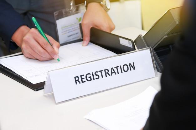 Primer plano de la mesa de registro frente al centro de conferencias