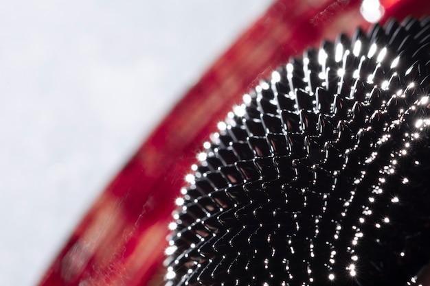 Primer plano de metal ferromagnético con fondo borroso
