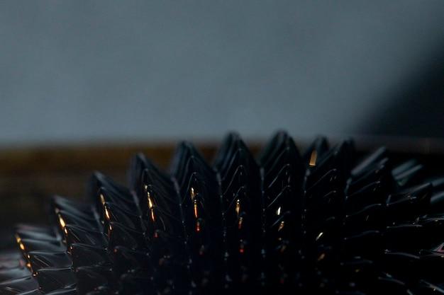 Primer plano de metal ferromagnético en la noche