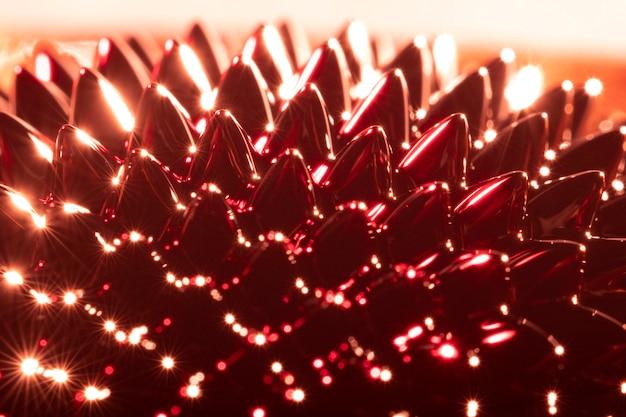 Primer plano de metal ferromagnético con tonos de color rojo y naranja.