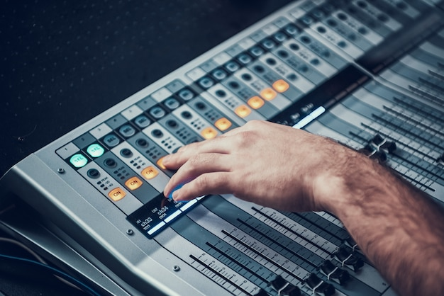 Primer plano del mezclador en estudio de sonido del productor de sonido.