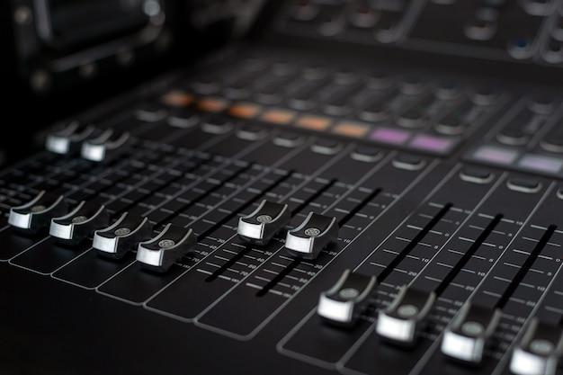 Primer plano de mezclador de sonido en estudio de grabación