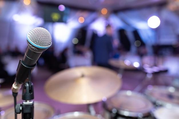 Primer plano de micrófono en la discoteca