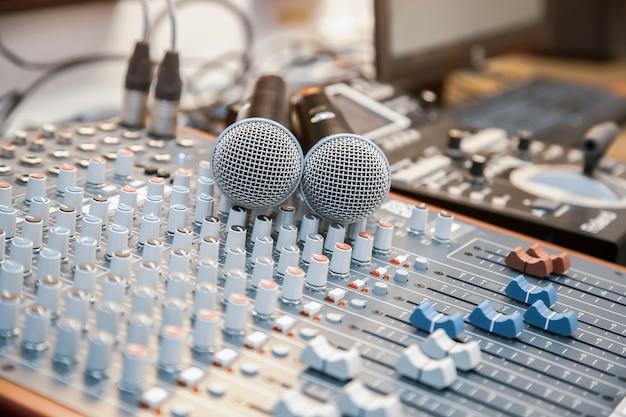 Primer plano el micrófono con mezclador de sonido está en el estudio
