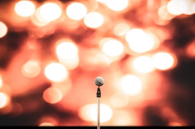 Primer plano del micrófono en el pedestal con fondo borroso.