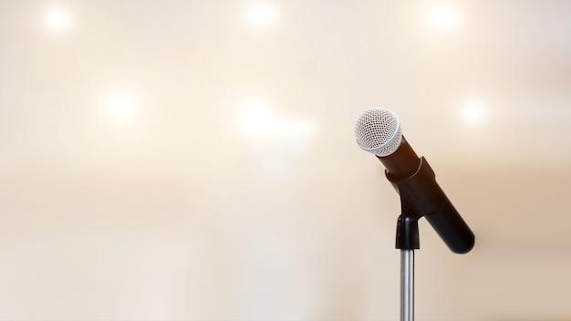 Primer plano del micrófono en el pedestal.