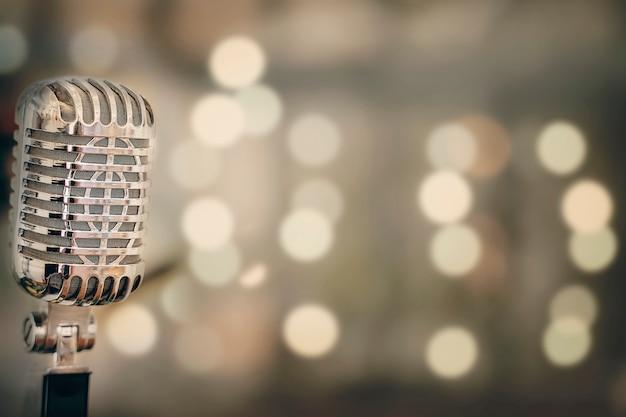 Primer plano de micrófono retro