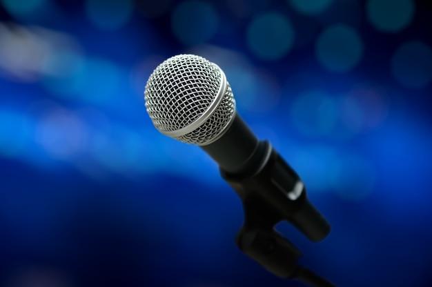 Primer plano de micrófono en la sala de conciertos o sala de conferencias