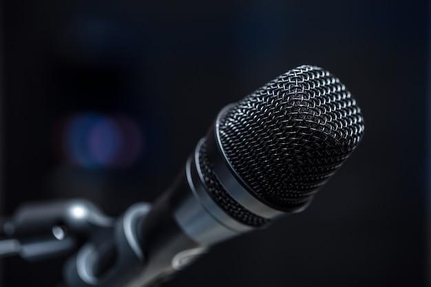 Primer plano de micrófono en sala de conferencias o sala de conciertos.
