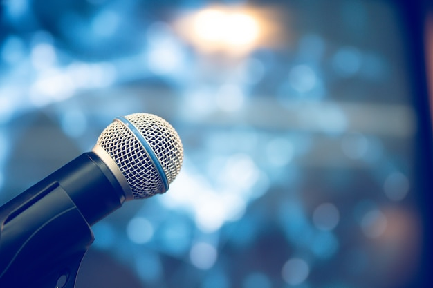 Primer plano del micrófono en el soporte para el discurso del orador para el fondo.