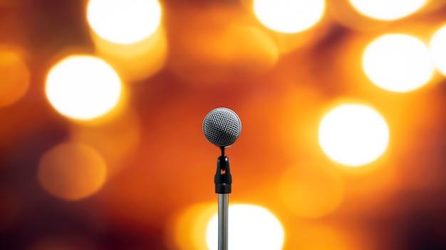 Primer plano del micrófono en el soporte para el discurso del orador.