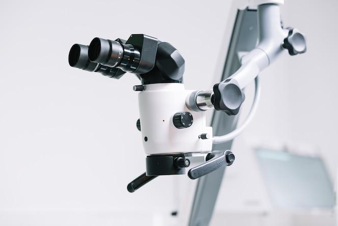 Primer plano microscopio médico profesional