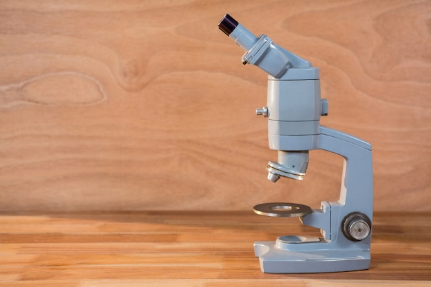 Primer plano de microscopio sobre una mesa