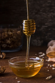Primer plano de miel orgánica vertiendo