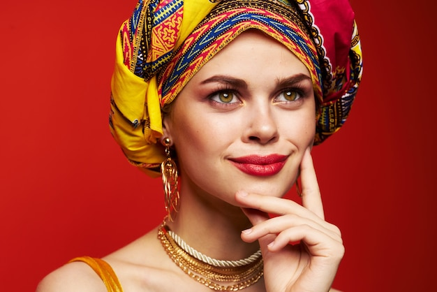 Primer plano de la mirada del tonto multicolor de la etnia de la mujer atractiva. foto de alta calidad
