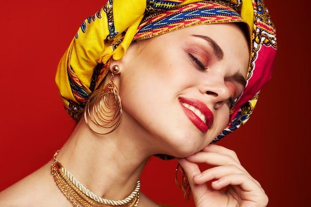 Primer plano de la mirada del zoquete multicolor de la etnia de la mujer atractiva.