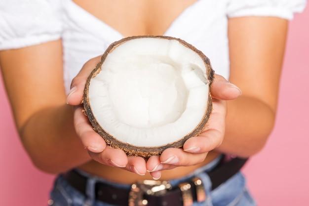 Primer plano de la mitad de la fruta de coco