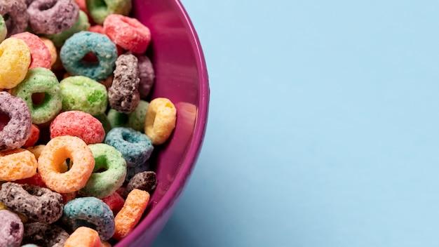 Primer plano de la mitad del tazón de cereal con copia espacio de fondo