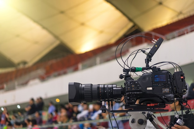 Primer plano de moderna cámara de vídeo en un estadio de fútbol