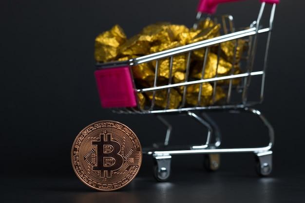 Primer plano de la moneda digital bitcoin y pepita de oro o mineral de oro en carretilla
