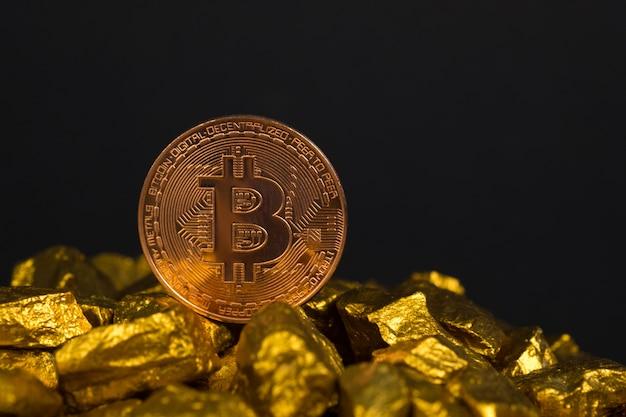 Primer plano de la moneda digital bitcoin y pepita de oro o mineral de oro
